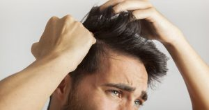 A alopecia cicatricial é uma condição que destrói permanente o folículo piloso, deixando uma cicatriz e fibrose no couro cabeludo. Saiba mais nesse artigo.